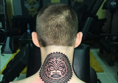 Tetování na krk hlava