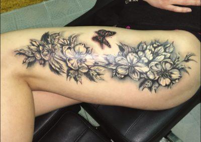 Tetování na na stehno kytky